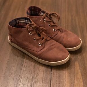 Boys leather brown TOMS chukka boots size 5.5